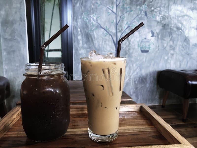 Ijs zwarte koffie en ijskoffie op de houten lijst stock foto