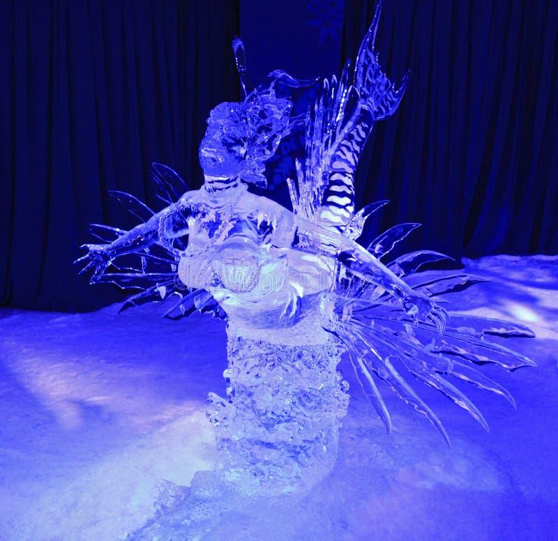 Ijsbeeldhouwwerk die van die sirene zwemmen bij nacht wordt verlicht royalty-vrije stock foto's