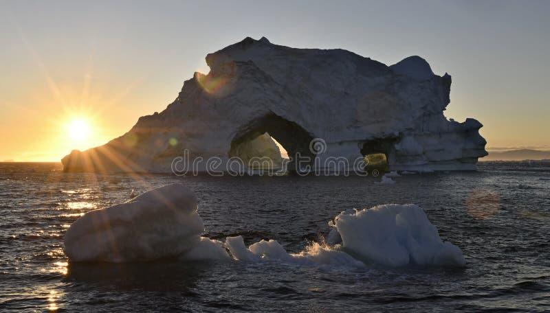 Ijsberg bij zonsondergang Aard en landschappen van Groenland stock foto