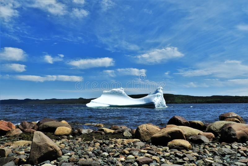 Ijsberg die in Water op Sunny Day drijven royalty-vrije stock afbeeldingen