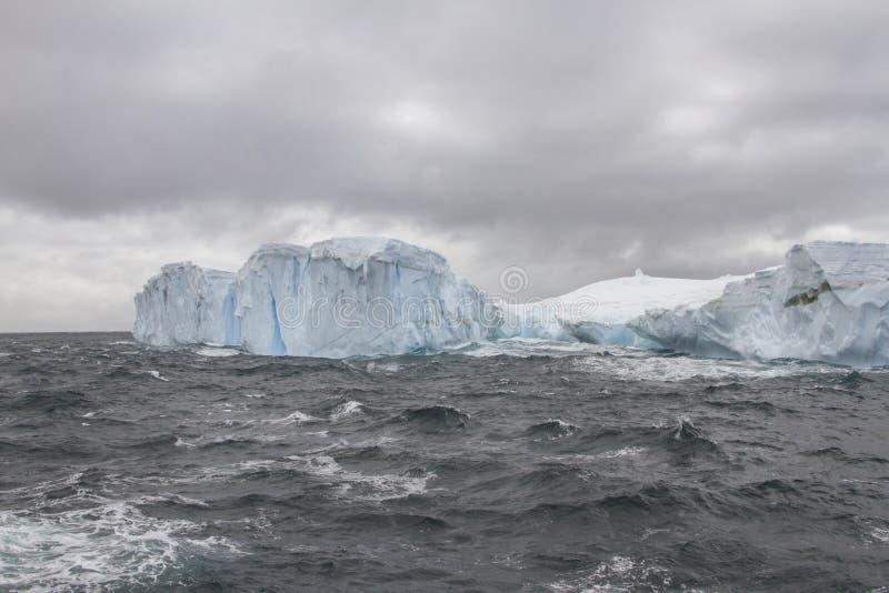 Ijsberg in Drake Passage dichtbij Shetland-eilanden royalty-vrije stock fotografie