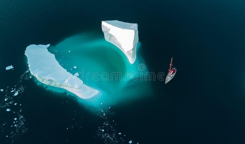 Ijsberg en jacht Mening van lucht Hommelsmening stock foto's