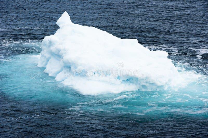 Ijsberg met turkoois glanzend water, Groenland royalty-vrije stock foto's