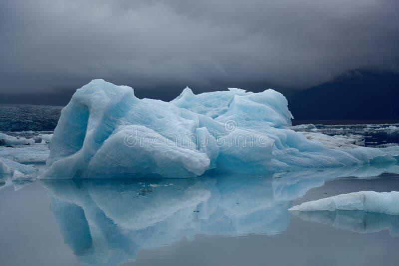 Ijsberg met waterbezinning, Yokulsarlon-meer, IJsland stock afbeeldingen