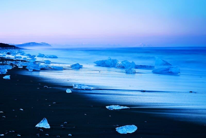 Ijsberg op zwart zandstrand van IJsland royalty-vrije stock afbeeldingen
