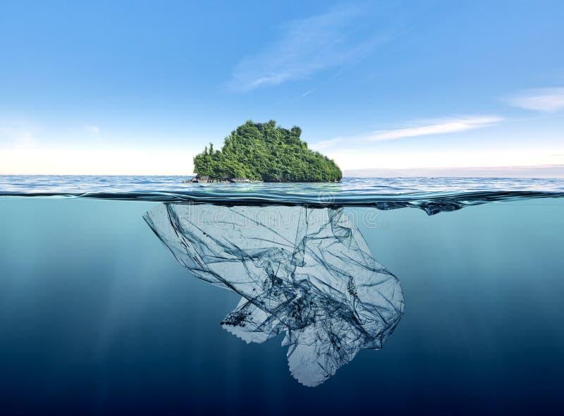 Ijsberg van huisvuilplastiek met eiland die in de oceaan drijven royalty-vrije stock afbeeldingen
