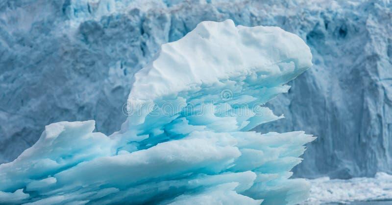 Ijsberg voor de claving Eqi-gletsjer, Groenland royalty-vrije stock afbeeldingen