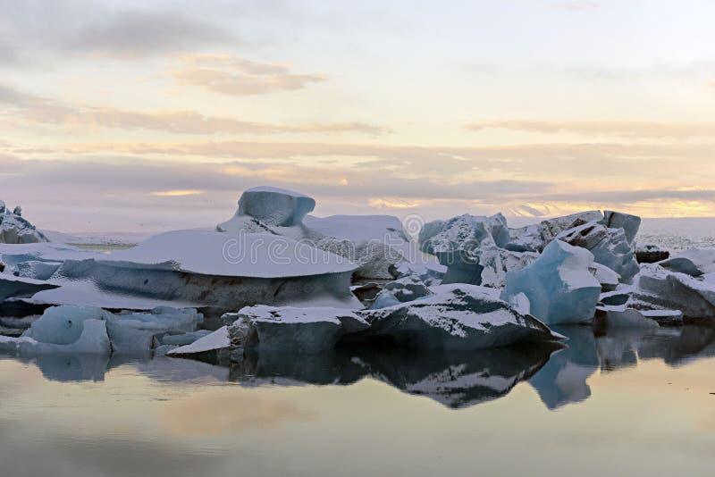 Ijsbergen bij water in Jokulsarlon-lagune, IJsland Gletsjerlagune royalty-vrije stock foto