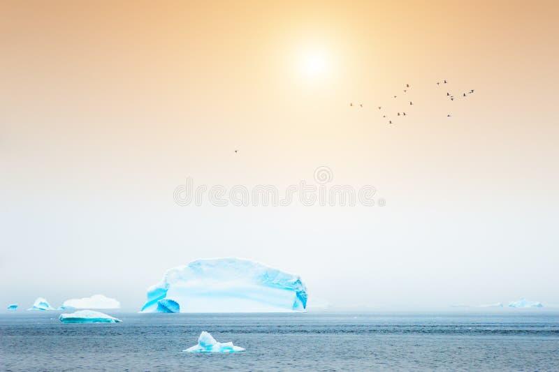 Ijsbergen in de Atlantische Oceaan in Groenland stock foto