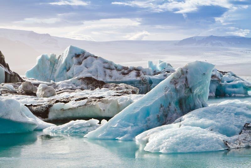 Ijsbergen in de ijzige lagune van Jokulsarlon stock fotografie