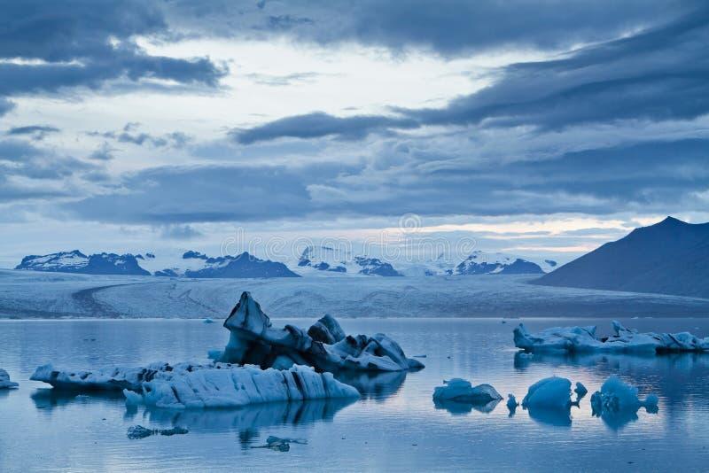 Ijsbergen in de ijzige lagune van Jokulsarlon stock foto's