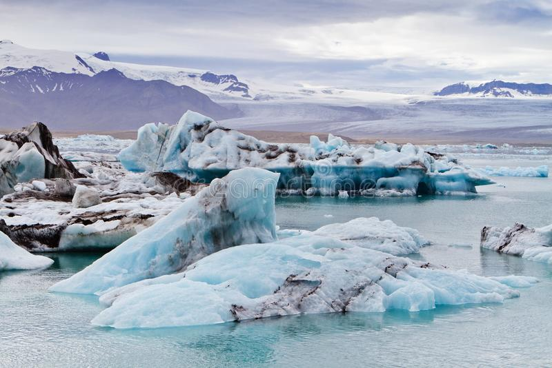 Ijsbergen in de ijzige lagune van Jokulsarlon royalty-vrije stock afbeeldingen