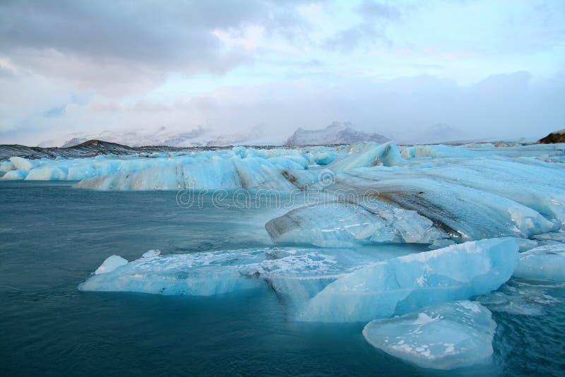 Ijsbergen die aan overzees afdrijven royalty-vrije stock fotografie