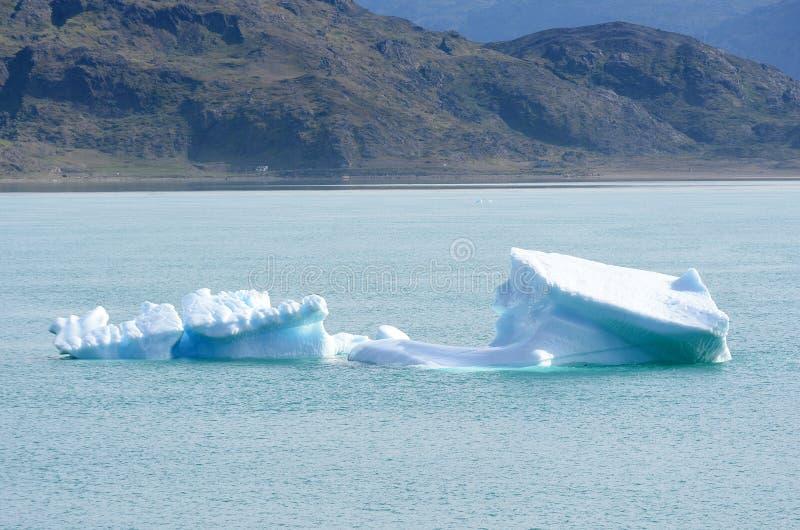 Ijsbergen die in de Atlantische Oceaan, Groenland drijven stock foto