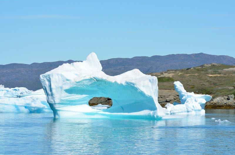 Ijsbergen die in de Atlantische Oceaan, Groenland drijven stock foto's
