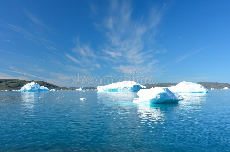 Ijsbergen die in de Atlantische Oceaan, Groenland drijven royalty-vrije stock foto
