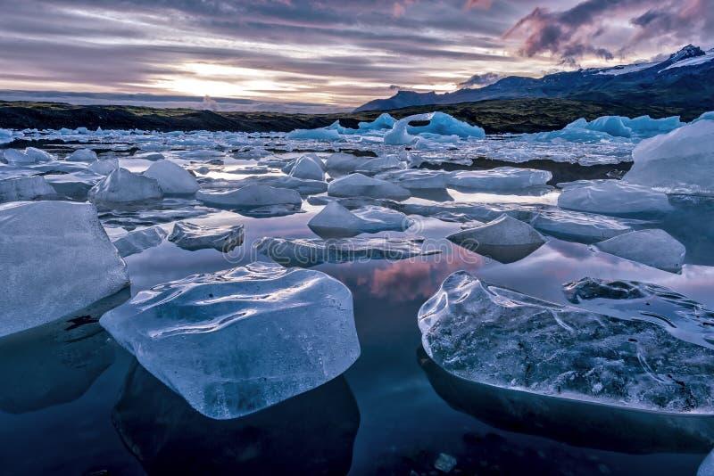 Ijsbergen die in de ijzige lagune van Jokulsarlon drijven stock foto's