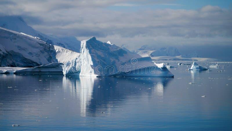 Ijsbergen die in de kalme Paradijsbaai nadenken in Antarctica stock foto's