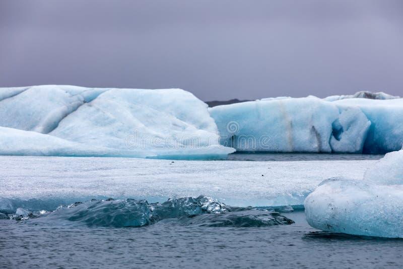 Ijsbergen die in Jokulsarlon-Lagune door de zuidelijke kust o drijven royalty-vrije stock afbeelding