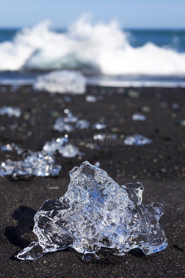Download Ijsbergen Die Op Het Zwarte Strand Van Het Zand In IJsland Breken Stock Afbeelding - Afbeelding bestaande uit bevroren, ijsberg: 10776141