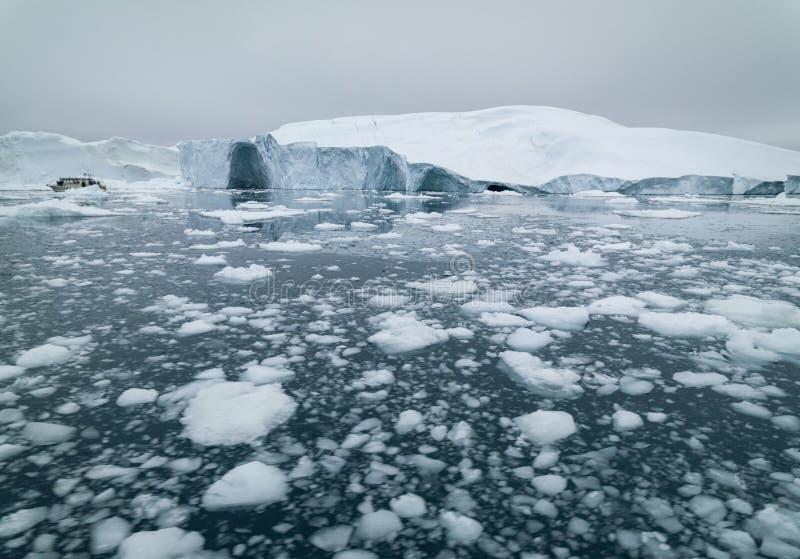 Ijsbergen die op noordpooloceaan smelten royalty-vrije stock afbeeldingen