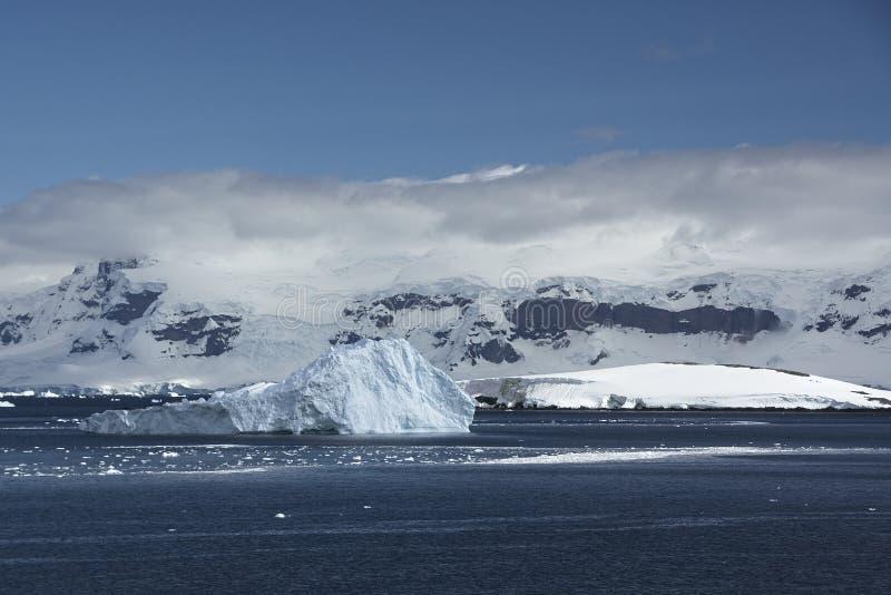 Ijsbergen en Bergen in Antarctica stock fotografie