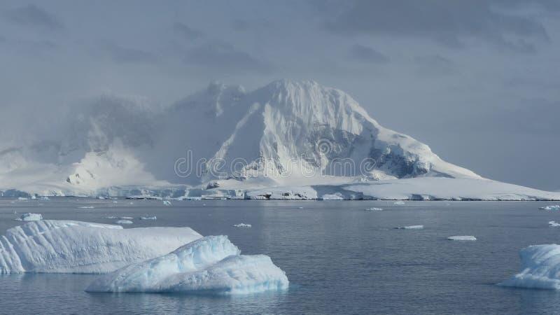 Ijsbergen en Ijsbergen in Antarctica royalty-vrije stock foto's