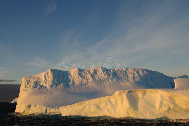 Ijsbergen in het avond licht royalty-vrije stock fotografie