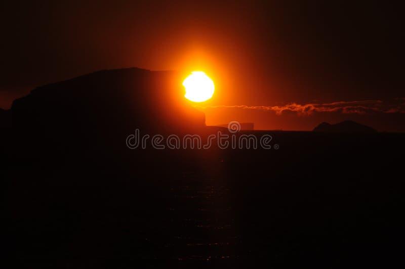 Ijsbergen in het avond licht royalty-vrije stock afbeeldingen