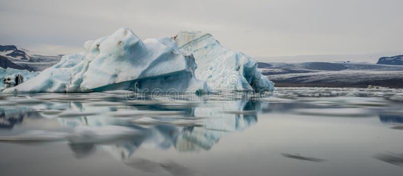 Ijsbergen in Jokulsarlon-lagune ijsland royalty-vrije stock afbeelding