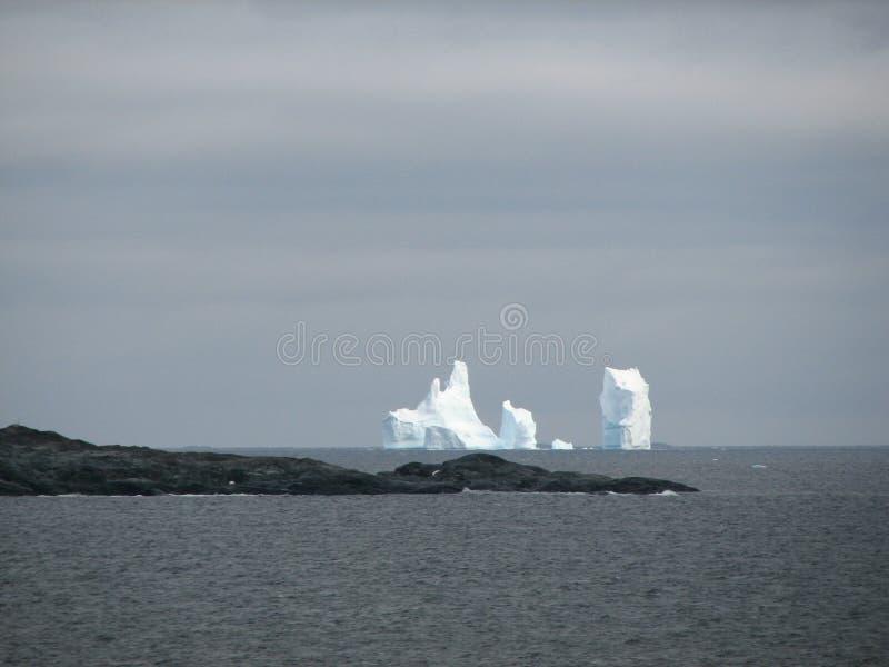 Ijsbergen op de antarctische horizon royalty-vrije stock fotografie
