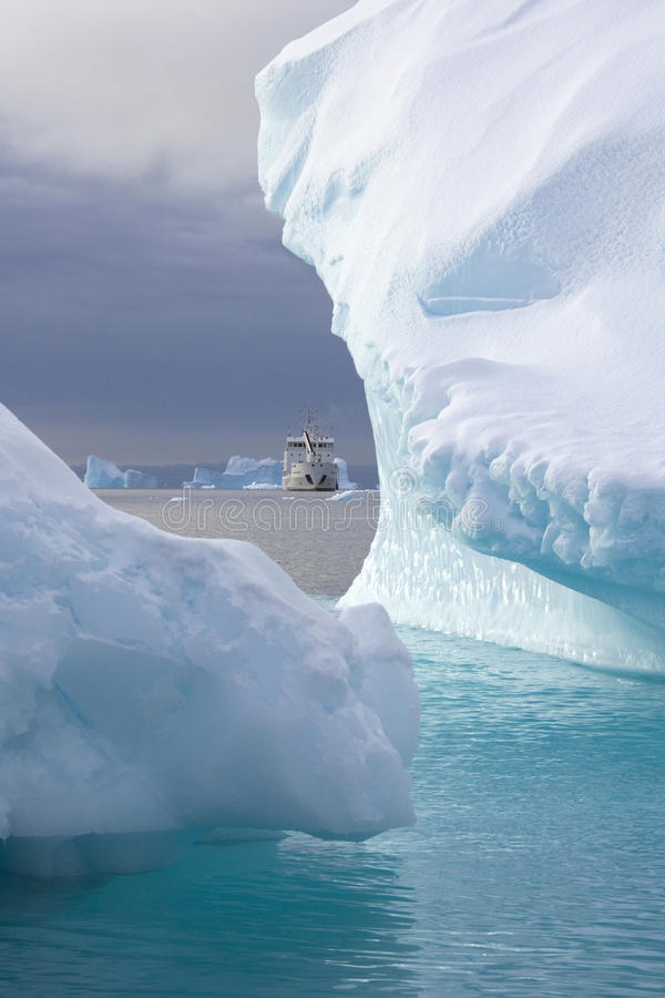 Ijsbergen in Scoresbysund - Groenland royalty-vrije stock fotografie