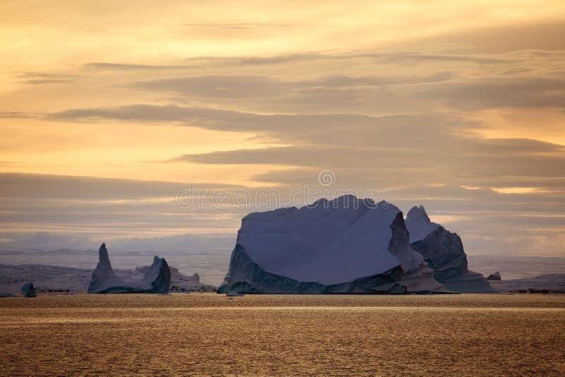 Ijsbergen - Scoresbysund - Groenland - Zonsondergang royalty-vrije stock fotografie