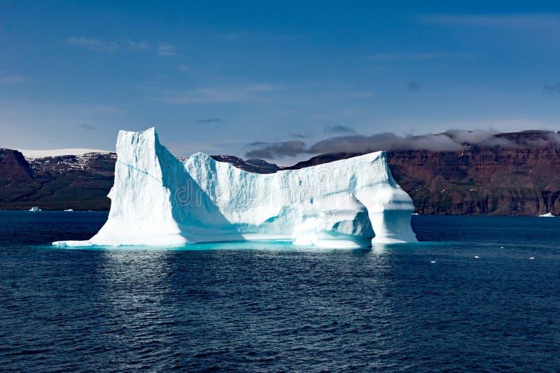 Ijsbergen voor Kust met sneeuw behandelde Bergen en Mist, Groenland De reusachtige Ijsbergbouw met toren stock fotografie