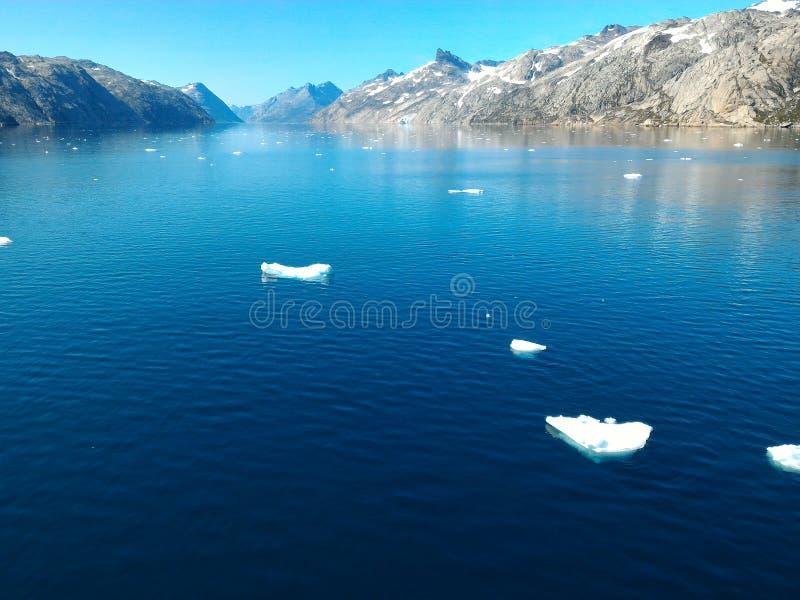 Ijsbergoverzees stock afbeelding