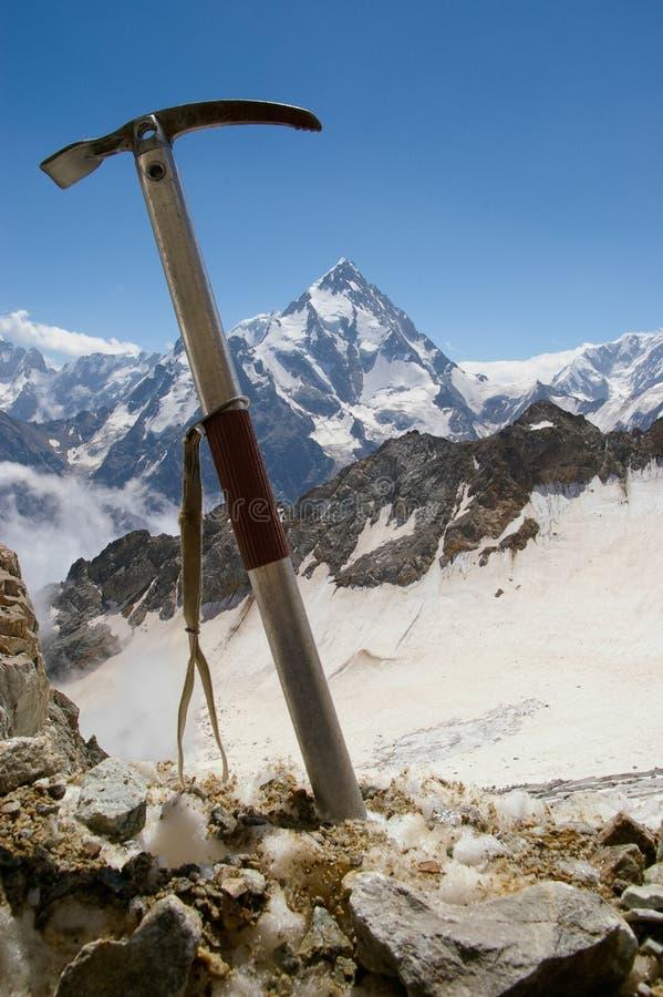 Ijsbijl tegen de achtergrond van een berglandschap stock foto's