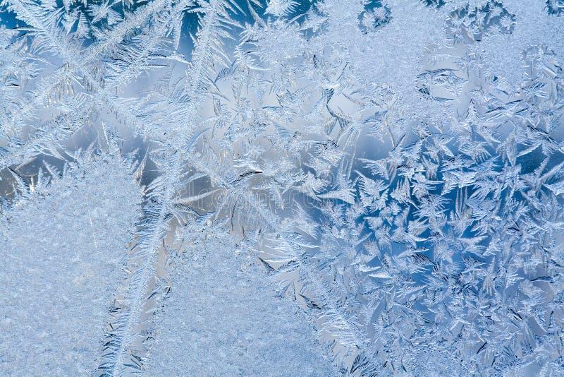 Ijsbloemen en bevroren vuile venster macromening Het patroon van de vorsttextuur De scène van de winter Zachte nadruk stock afbeelding