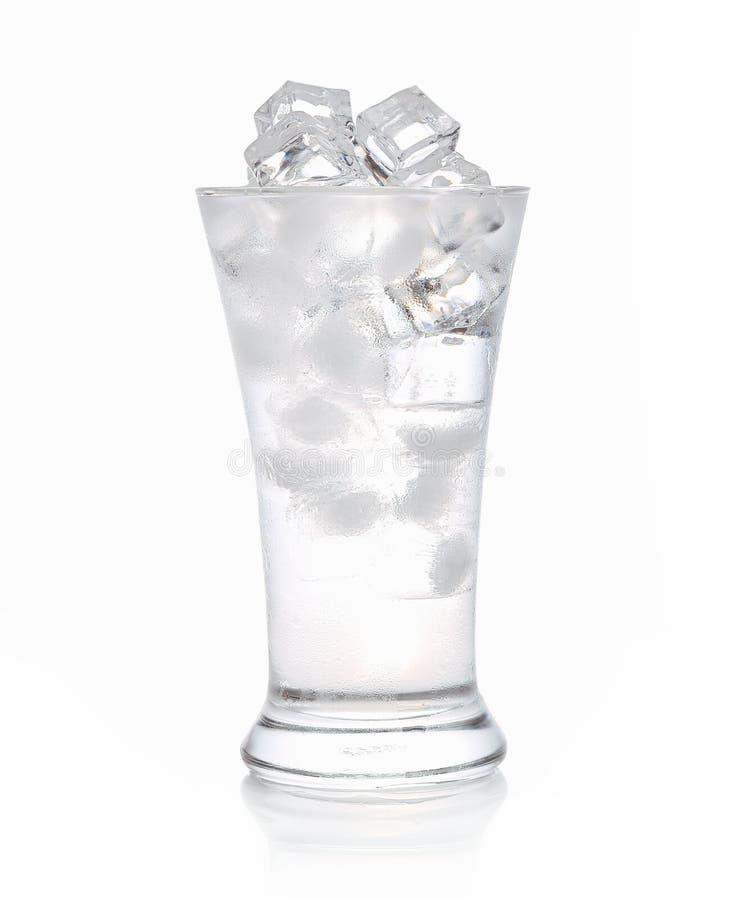 Ijsblokjes in een glas water op witte achtergrond stock foto's