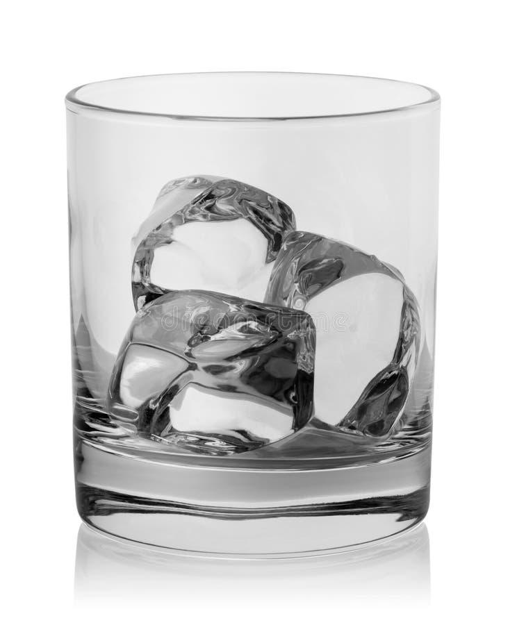 Ijsblokjes in een leeg rond glas stock afbeelding