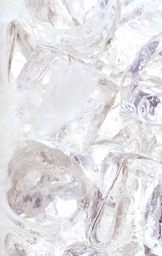 Ijsblokjes in water of soda stock fotografie