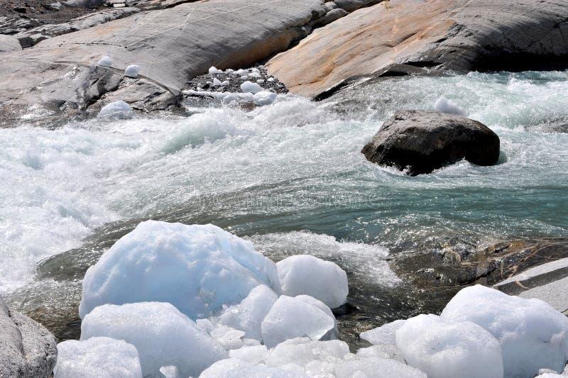 Ijsblokken in de bergrivier, Noorwegen stock foto's