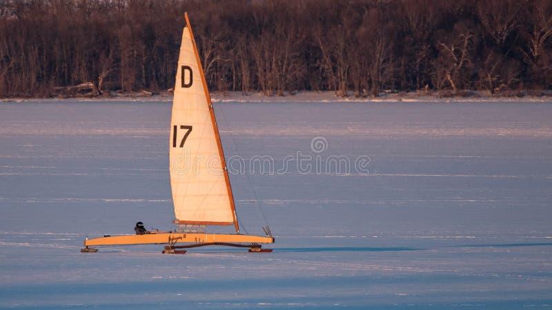 Ijsboot die op Meer Pepin varen royalty-vrije stock foto