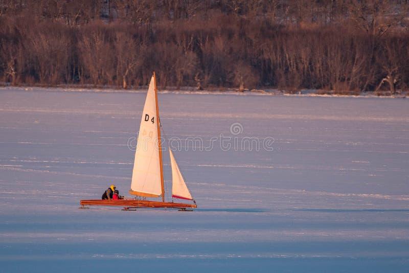 Ijsboot die op Meer Pepin varen stock fotografie