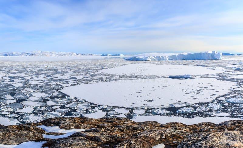 Ijsgebieden en afdrijvende Ijsbergen bij de Ilulissat-fjord stock afbeeldingen