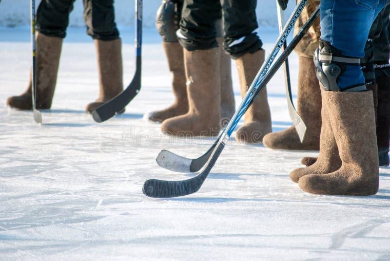 Ijshockey in gevoelde laarzen, horizontaal schot van de benen van het sportteam stock afbeeldingen