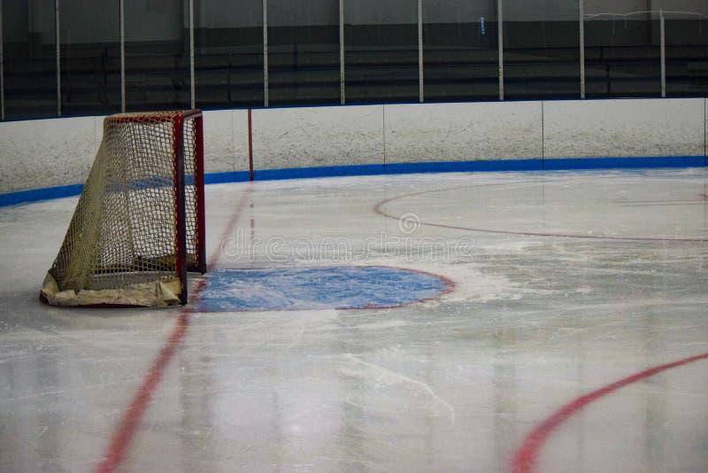 Ijshockey netto vlak vóór een spel stock afbeelding