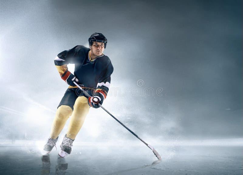 Ijshockeyspeler in actie stock afbeelding