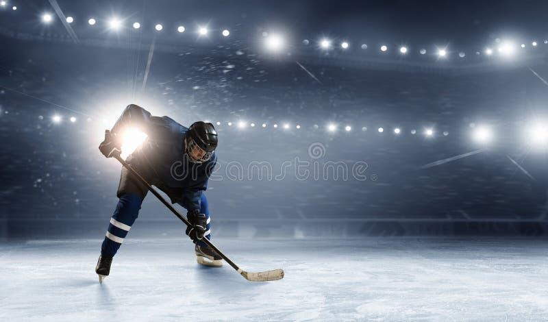 Ijshockeyspeler bij piste stock foto's