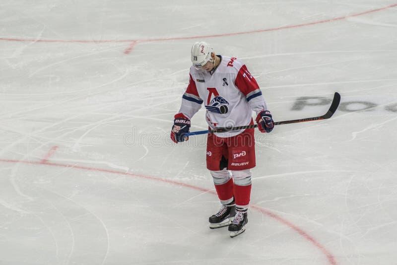 Ijshockeyspeler die zich alleen bevinden stock fotografie