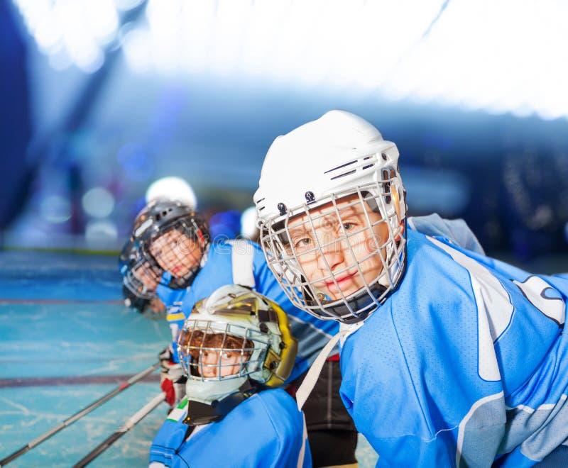 Ijshockeyspeler met teammates tijdens de gelijke royalty-vrije stock fotografie